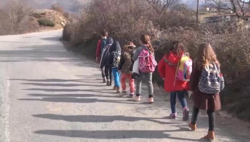 7 kilometra për të shkuar në shkollë dhe 7 kilometra për t'u kthyer ne shtëpi…