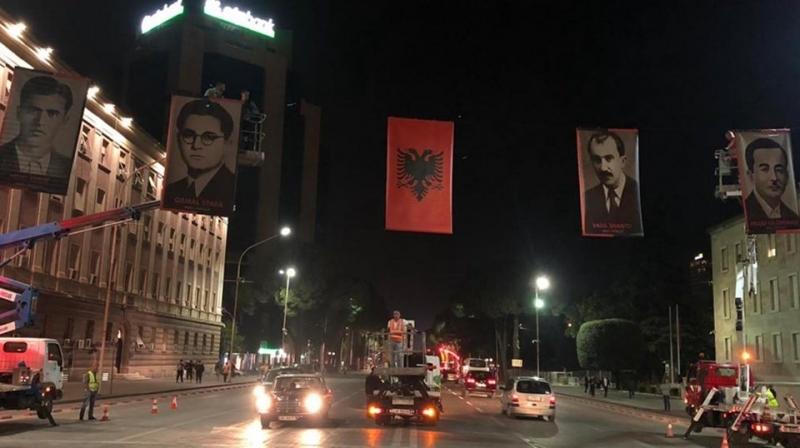 'Ke varur fotot e kriminelëve në Bulevard'.... Veliaj priten me protesta nga familjarët e viktimave të komunizmit