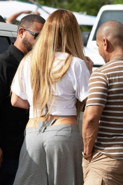 Jennifer Lopez trondit me veshjen e saj