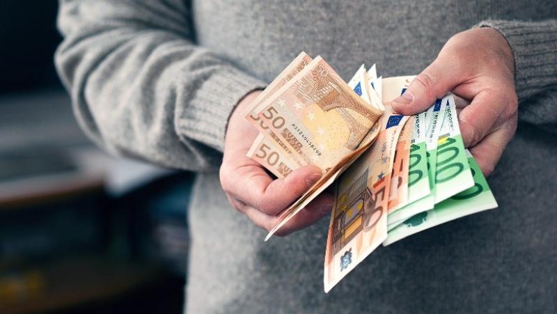 Anketa/ 40% e shqiptarëve që kanë kursime preferojnë t'i mbajnë jashtë bankave, ç'ndodhi gjatë 2019-2020
