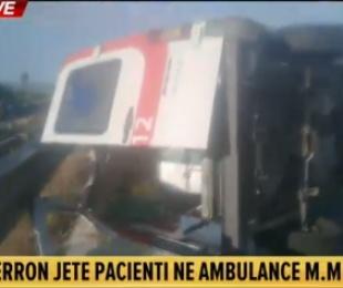 FOTO/ Do transportonte të sëmurin në spital në Tiranë, ambulanca del nga rruga në Lushnjë, vdes pacienti, plagoset shoferi
