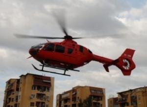 """Aksident në Sarandë, ambulanca përplaset me """"BMW X5"""" me targa angleze që përfundoi në lokal, infermierja e plagosur dërgohet me helikopter në Tiranë"""