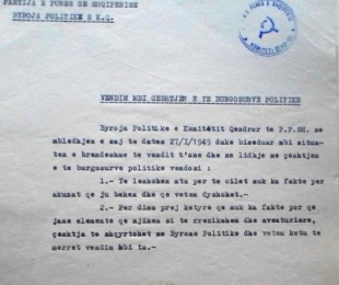 1949/Byroja Politike kryente edhe atributet e gjykatës