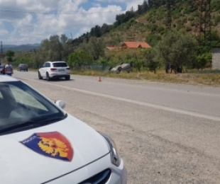 Aksident në rrugën e Zall Bastarit në Tiranë, mjeti del nga rruga, ndërron jetë pasagjeri 24- vjeçar