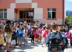 Viti i ri shkollor/ Kryeministri i Kosovës paralajmëron për shtatorin: Do të shtohet rreziku i infektimit. Në Maqedoninë e Veriut protesta për..