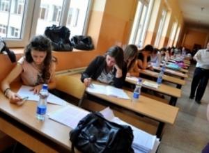 Maturantët testohen sot për Gjuhën Shqipe dhe Letërsi. Nuk lejohen më shumë se 13 vetë në klasë e ndalohet çdo mejt komunikimi