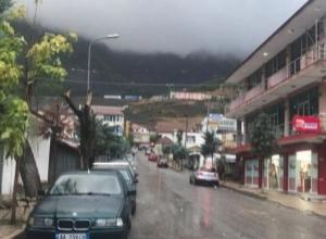 Pasojat e motit të keq në Bulqizë, rrëzohet disa pemë dhe ndërpritet energjia elektrike